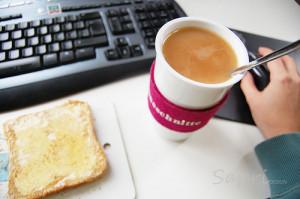 klebrig-krümeliges Frühstück bei der Arbeit