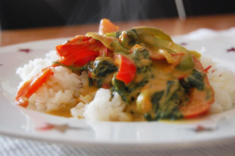 curry-kokos-pfanne-mit-gemüse-vegetarisch-sapri-design-reis-nudeln-pasta-kurkuma-paprika-spinat-rezept-3