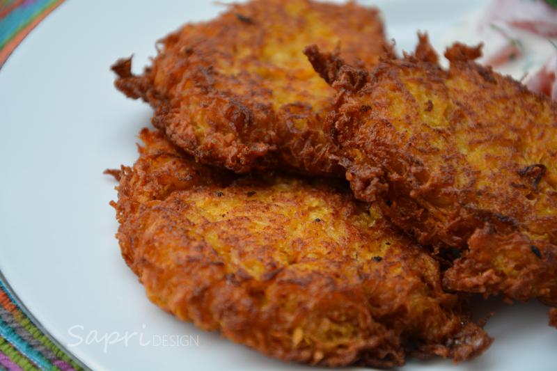 sapri-design-wochenend-rezept-pastinake-süßkartoffel-puffer-reibekuchen-joghurt-dip-tomate-petersilie-2