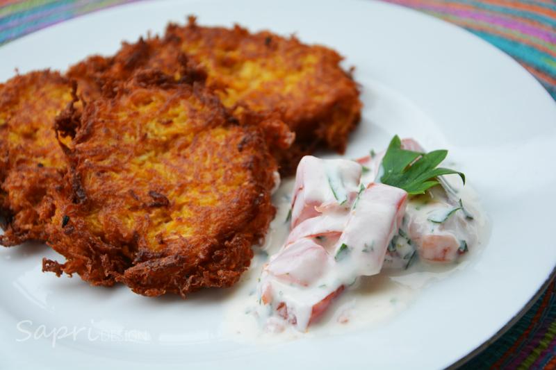 sapri-design-wochenend-rezept-pastinake-süßkartoffel-puffer-reibekuchen-joghurt-dip-tomate-petersilie-6