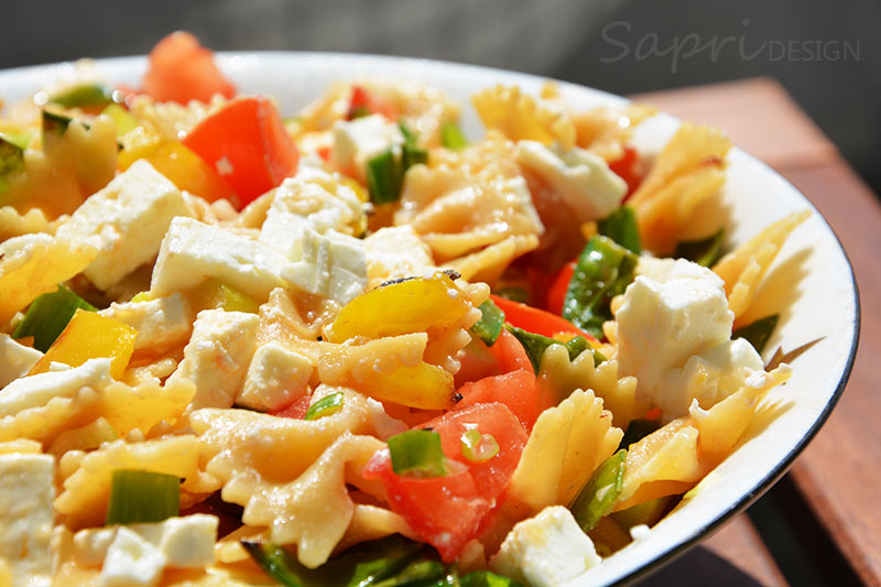 sapri-design-wochenend-rezept-nudel-salat-farfalle-integrale-sommer-lauwarm-schafskäse-zuckerschoten