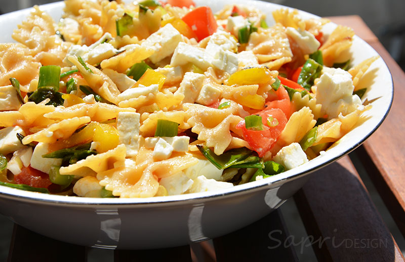 sapri-design-wochenend-rezept-nudel-salat-farfalle-integrale-sommer-lauwarm-schafskaese-zuckerschoten