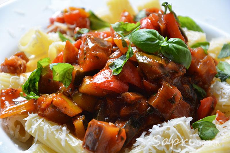 wochenend-rezept-sapri-design-tortignioli-mit-mediteranem-gemuese-pasta-aubergine-zucchini-tomate-paprika