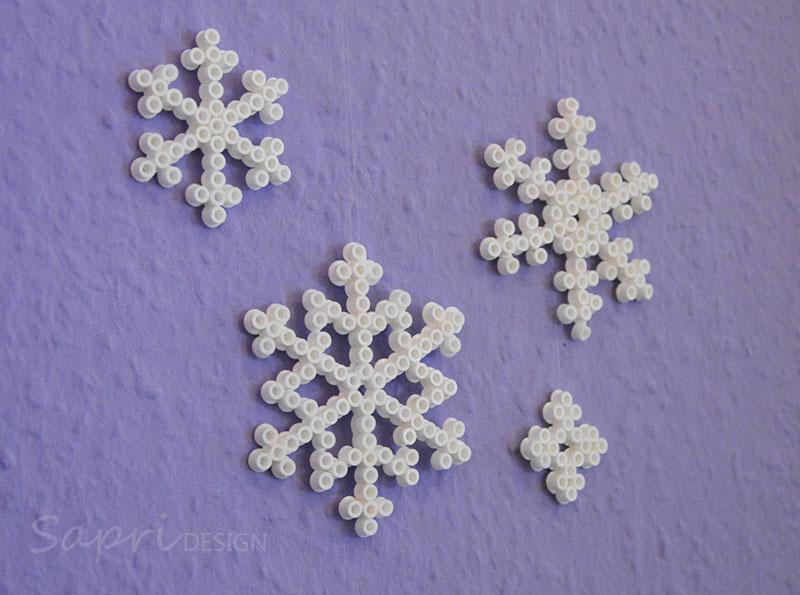 sapri-design-bügelperlen-schneeflocken-diy-eisblumen-basteln-kinder-weihnachten-xmas-geschenkanhänger-baumschmuck-deko-11